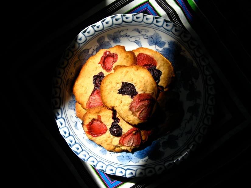 strawberry and blueberry cookies made with gluten-free flour blend of quinoa flakes, rice flour & tapioca starch