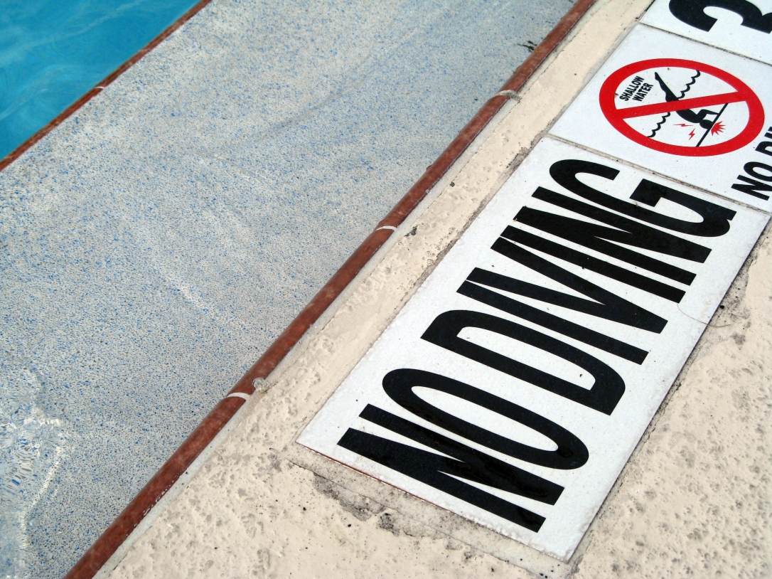 No diving sign next to pool