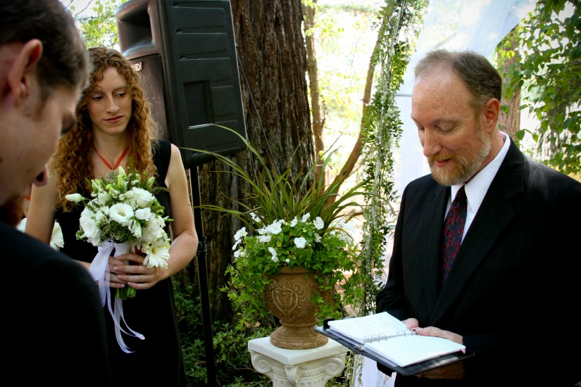 NorCal outdoor wedding - classic urn and column with ivy and white flowers, lisianthus bridal bouquet
