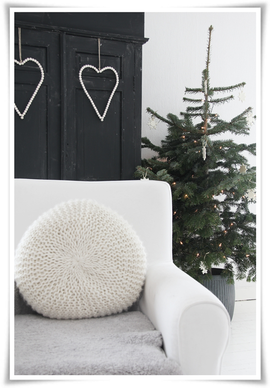 Fir tree with minimal decorations - Scandinavian Christmas from Norwegian blogger Kjerstis Lykke