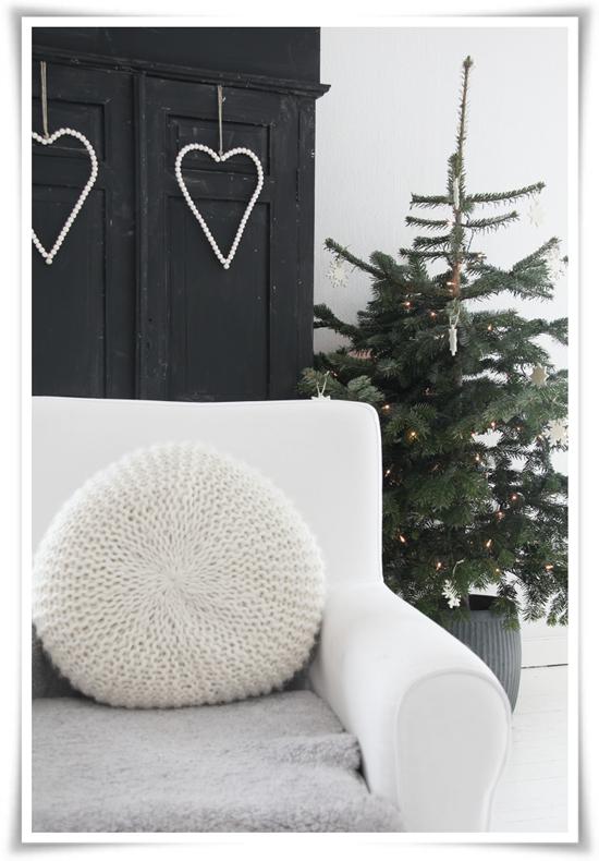 Fir tree with minimal decorations - Scandinavian Christmas from Norwegian blogger Kjerstis Lykke
