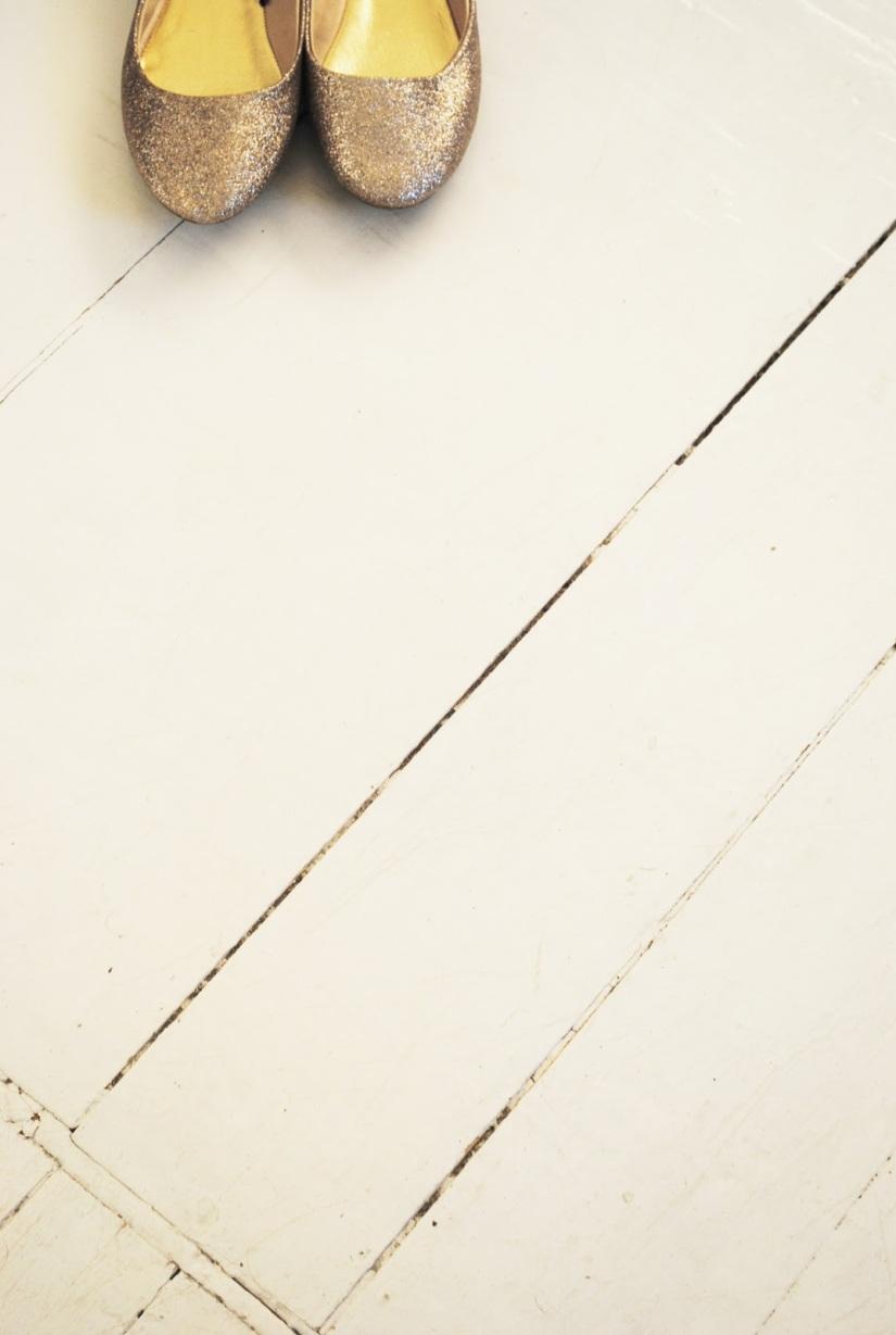 Sparkle Gold Ballet Flats on White Wooden FLoor - via Moa Og KaffeKoppen