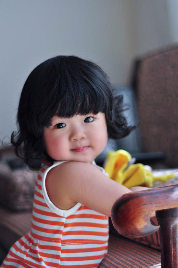 Toddler in orange stripes via Ngoisao dot net