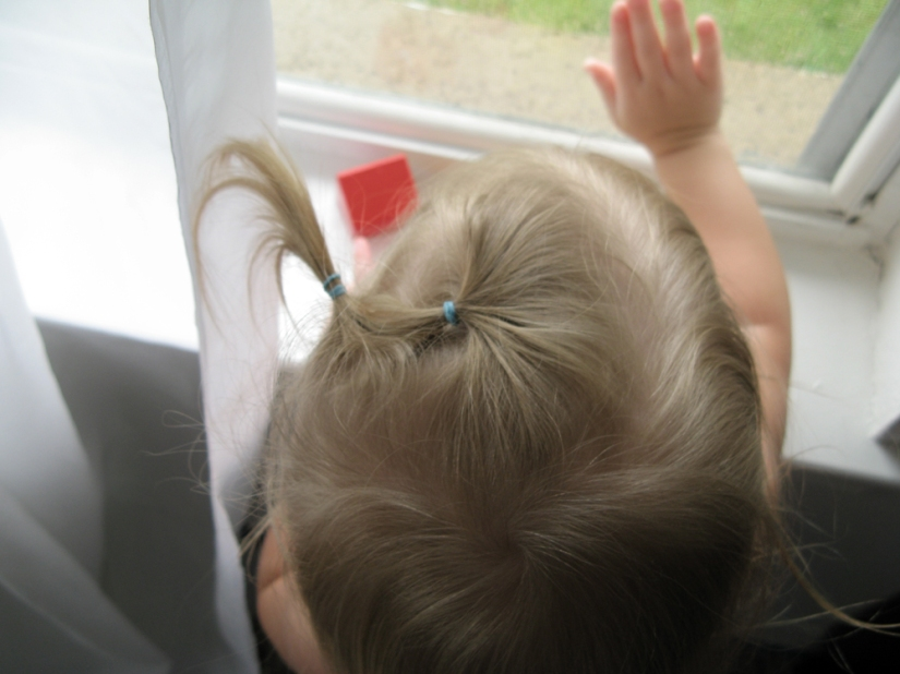 Toddler Looking Out Window, photo via Oaxacaborn dot com