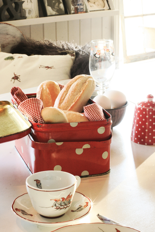 bord - Beautiful Nordic Christmas interior from the beate hemsborg blog as seen on the Oaxacaborn blog