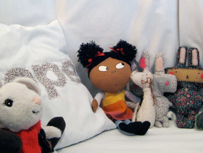 Aveline's room tour via Oaxacaborn - Handmade fabric bunnies and cat and a Lotta doll in her bed