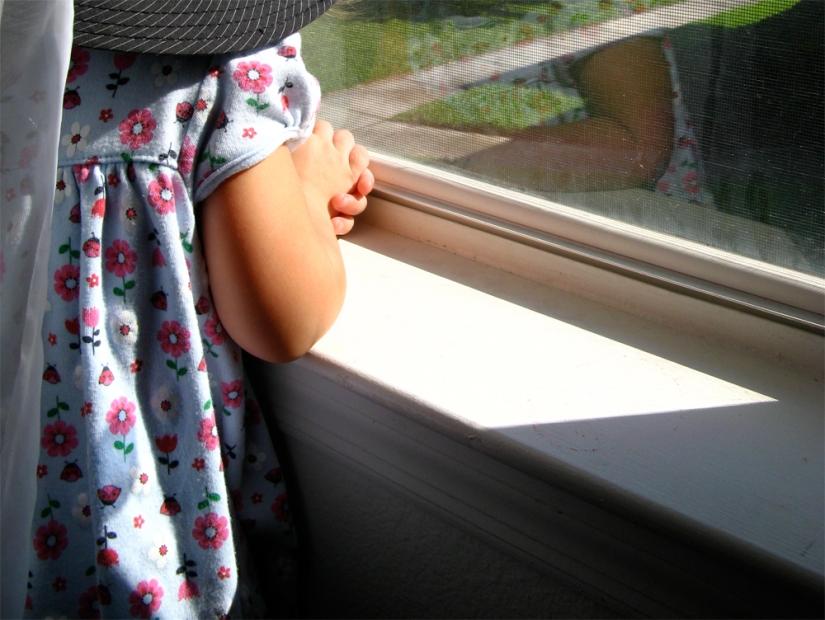 Folded hands on windowsill via Oaxacaborn