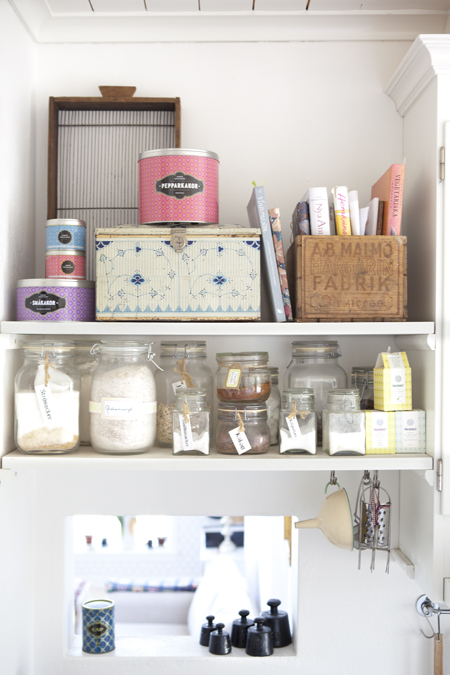 organized shelves via Hildas Hem