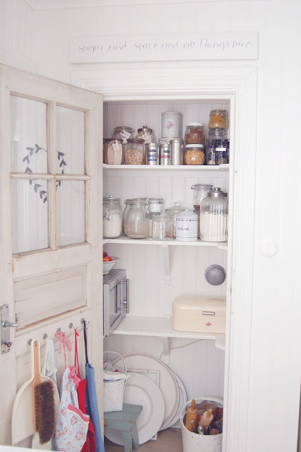 Organized Swedish pantry via jordgubbar med mjolk