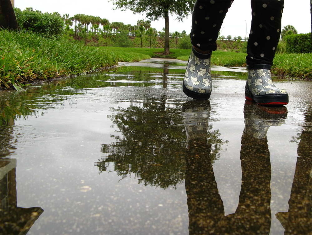 Rain boots in puddle - reflection - via Oaxacaborn