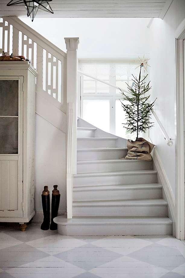 Swedish Christmas Tree on Stairs via tidningenlantliv.se