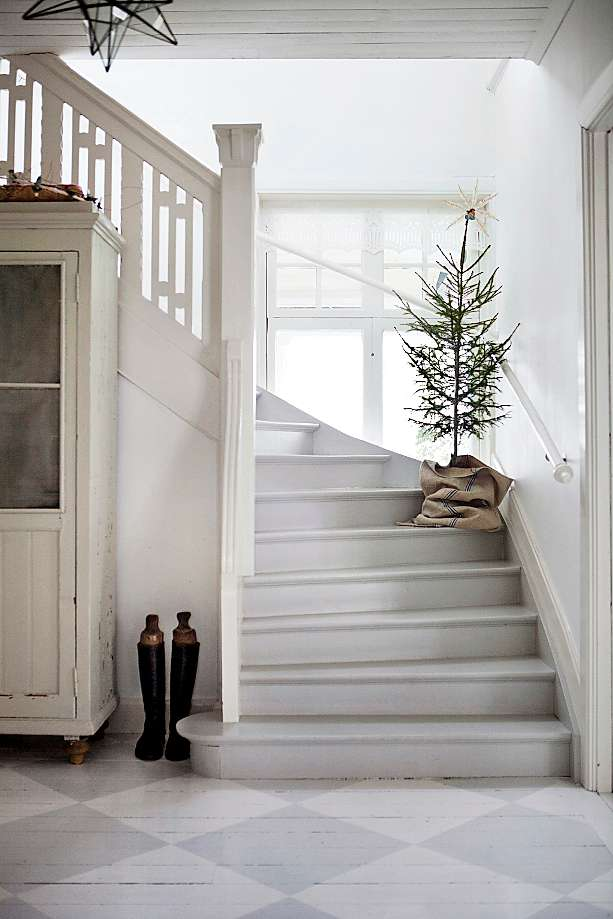 Swedish Christmas Tree on Stairs via tidningenlantliv.se