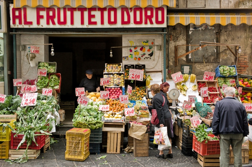 10 Inspiring Storefronts and Cafes from around the World // Fruit shop in Naples, Italy //Photograph by André Benedix on Flickr